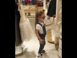 Дочь Кристины Асмус выбирает свадебное платье