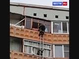 Пожарный спас запертого на девятом этаже малыша с помощью штурмовой лестницы