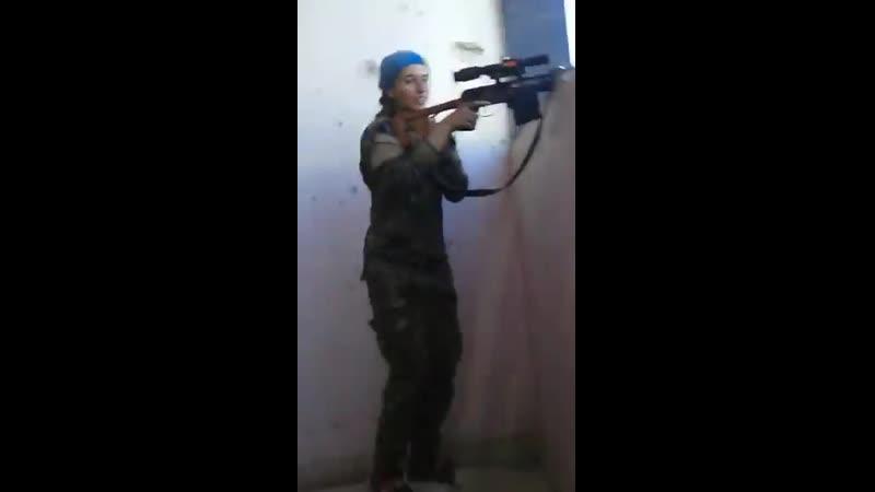 Девушки-снайпер курдских военизированных формирований. Ракка. Сириия. 2017 г