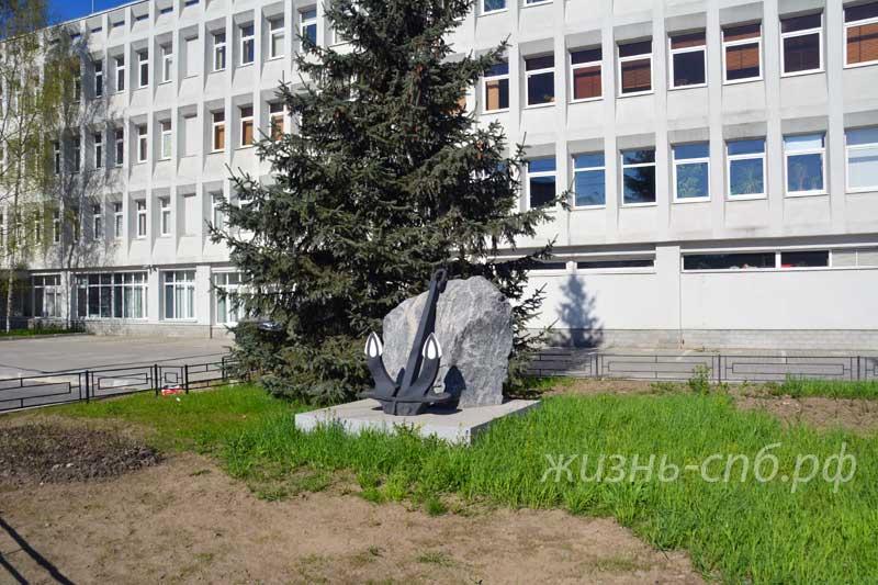 Якоря на входе в здание на проспекте Кима 19