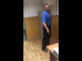 Мужчина в отделении полиции отвечает на вопросы. Делает это хорошо, несмотря на то, что служил в 86 году.