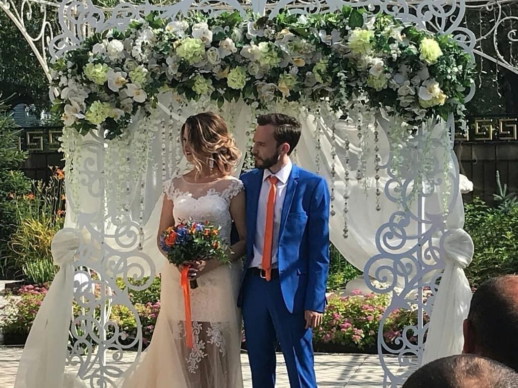 Пара из Омска пригласила мэра на свою свадьбу. Та не приехал