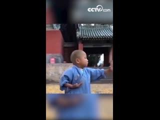 Тренировка 4-летнего монаха в монастыре Шаолинь