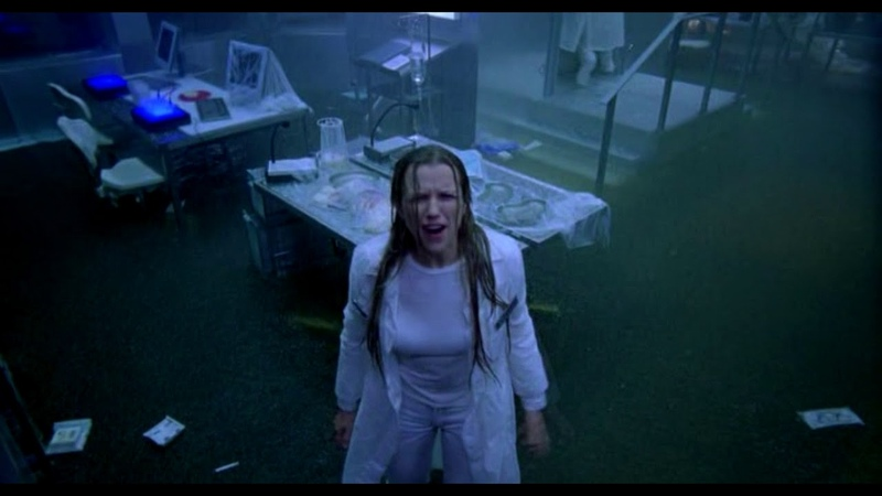 Красная Королева убивает всех работников лаборатории Обитель зла 2002