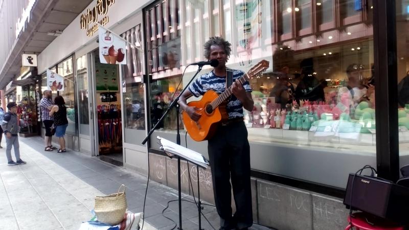Бразильский певец на улице в центре Стокгольма.