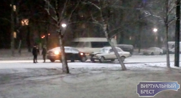 В Бресте опять снегопад, уже есть первые ДТП на дорогах