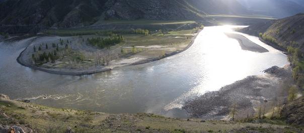 После стрелки дальше течёт Катунь пожалуй самая длинная и полноводная река Алтая.