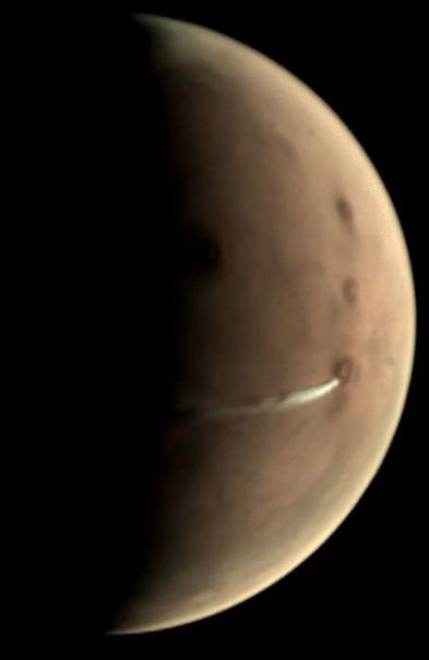 Над Марсом вытянулось странное облако Уже больше месяца космический зонд ЕКА «Марс-экспресс» наблюдает за странным облаком, которое вытянулось над Красной планетой наподобие вулканического