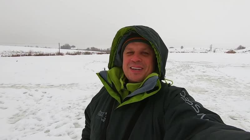 Поймал зимнего монстра толстолоба со льда на мормышку