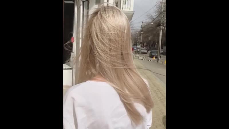 Как тут не влюбиться❓♥️ Переливающиеся разными тёплыми и нежными🧁 оттенками пряди ухоженные и густые волосы 👩🏼 Это любовь с п