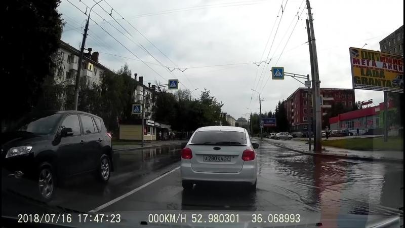 Водитель намеренно облил пешехода.Орел 16.07.2018