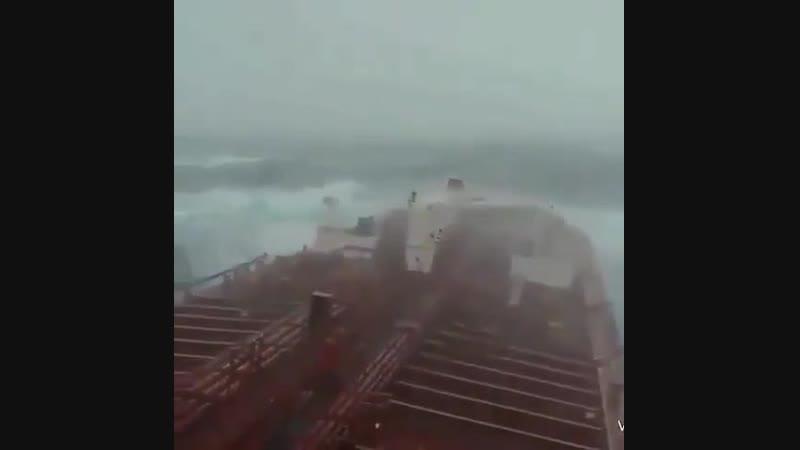 Супертанкер идет через 10-балльный шторм cegthnfyrth bltn xthtp 10-,fkkmysq injhv