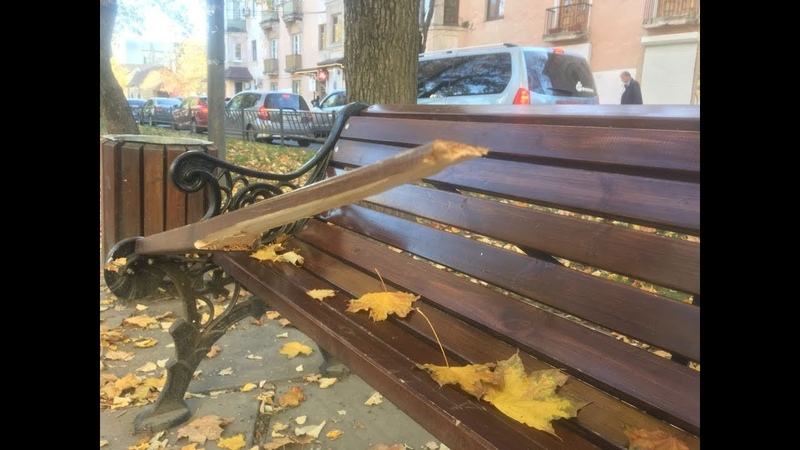 В Симферополе на бульваре Франко вандалы разворотили скамейки (обновлено)