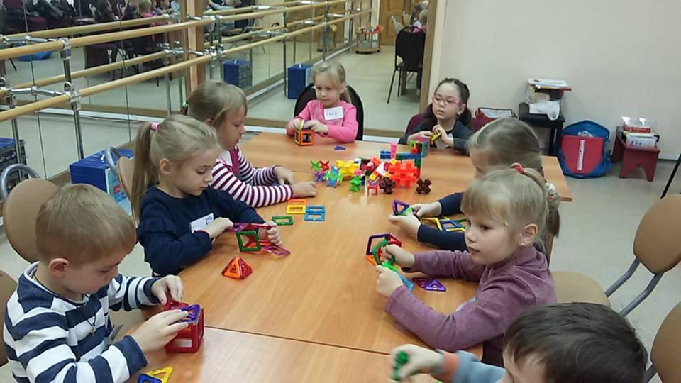 В детской библиотеке на Вятской прошел мастер-класс для юных конструкторов