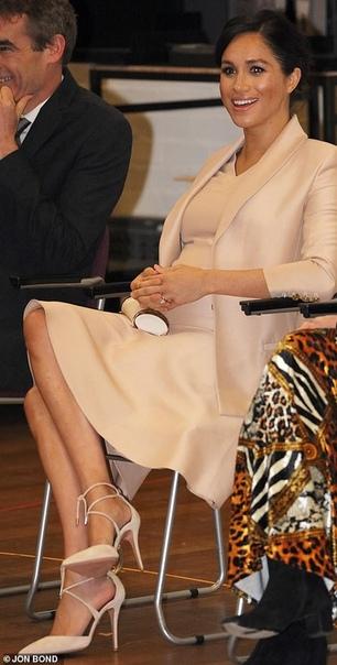 Меган Маркл в Национальном театре, покровителем которого ее назначила Елизавета II Несколько недель назад было объявлено, что королева Елизавета передала герцогине Сассекской патронаж над одним