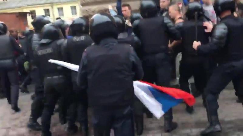 В Санкт-Петербурге митингующие не дают полицейским задерживать людей.