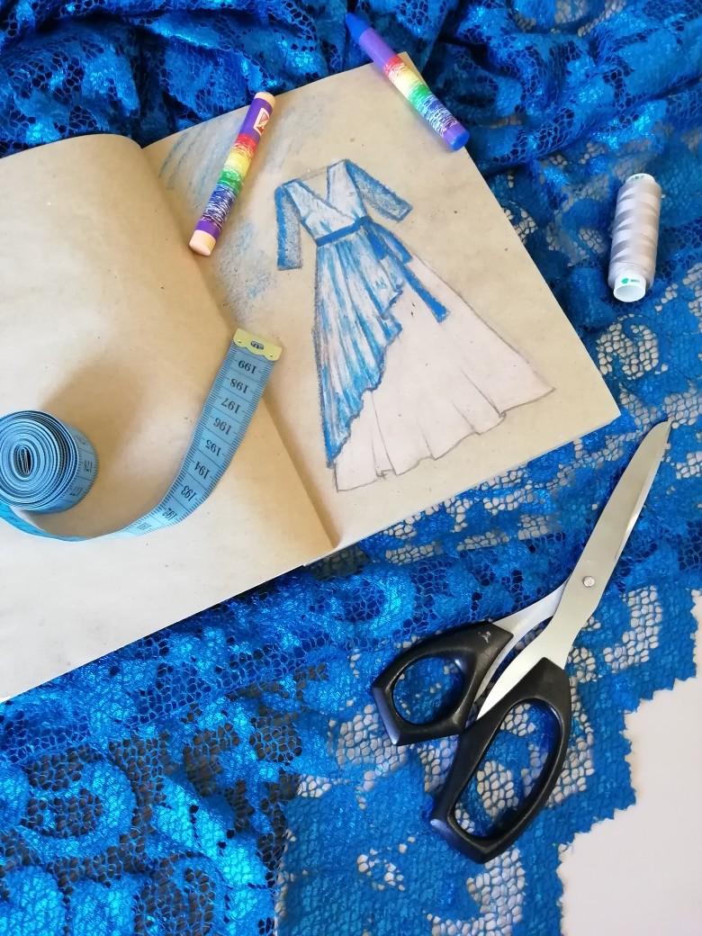Такое красивое сочетание тканей и цветов - французского шёлка и воздушного кружева, что не удержалась и решила набросать цветной эскизик