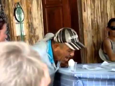 Um cara gritando miau para um ovo