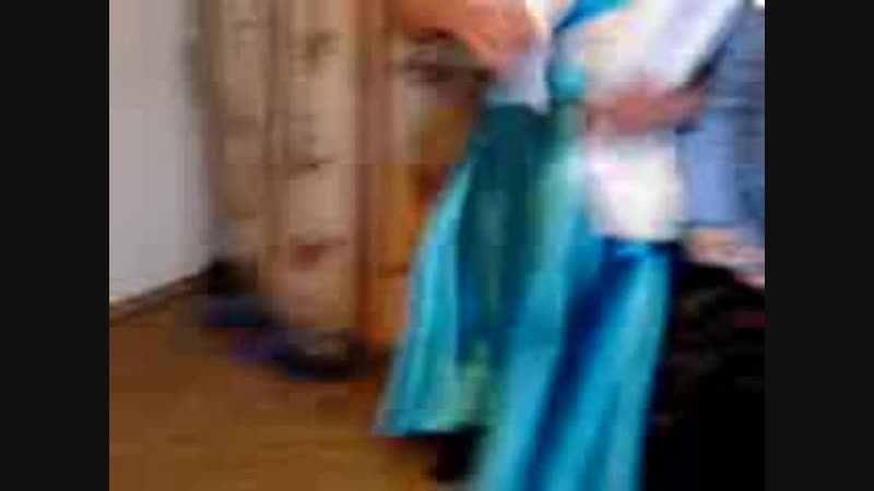 цыганский прикол мужик танцыет как цыганка (240p).mp4
