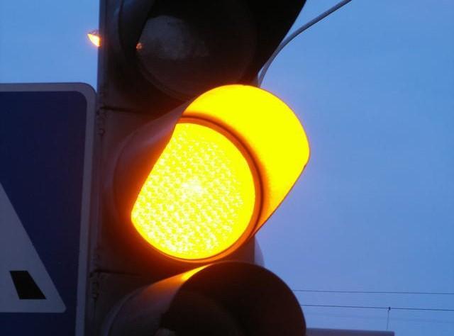 Будьте осторожны, отключен светофор на Варшавке - Махновича