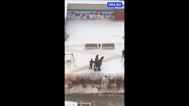 Во дворах Екатеринбурга выгуливают динозавра