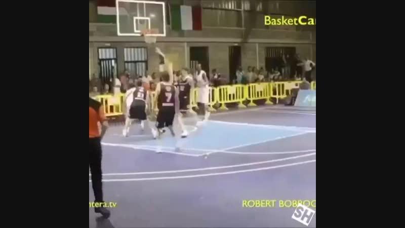 Один из самых высоких людей играющих в баскетбол
