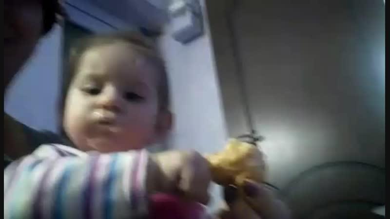 маленькая заказчица кушает мои пироженки )