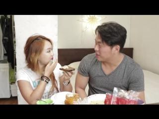 Кореянка пробует шаурму и другую еду из России