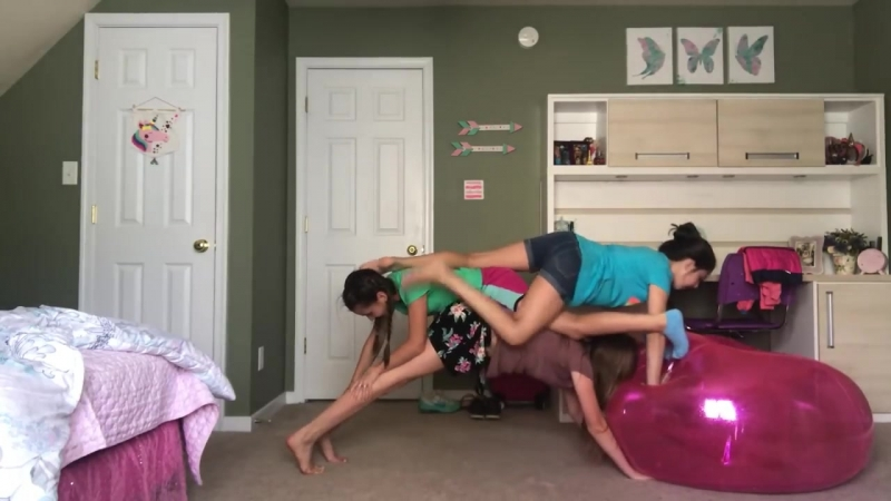 три девочки показывают yoga challenge. part 3 😂