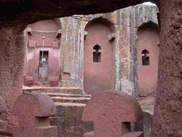 Лалибела (Lalibela). Храмы в земле. Эфиопия Лалибела небольшой город, основанный в 12 веке н.э. в центре горной цепи Ласта, в Центральной Эфиопии. Вначале он назывался Роха, а позже был назван