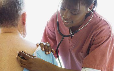 Хронический бронхит относится к категории ХОБЛ или хронических обструктивных заболеваний легких и проявляется хроническим продуктивным кашлем.