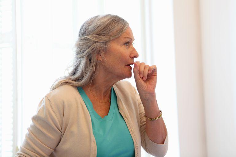 Острый бронхит обычно вызывается вирусом, но инфекция также может иметь бактериальный характер.