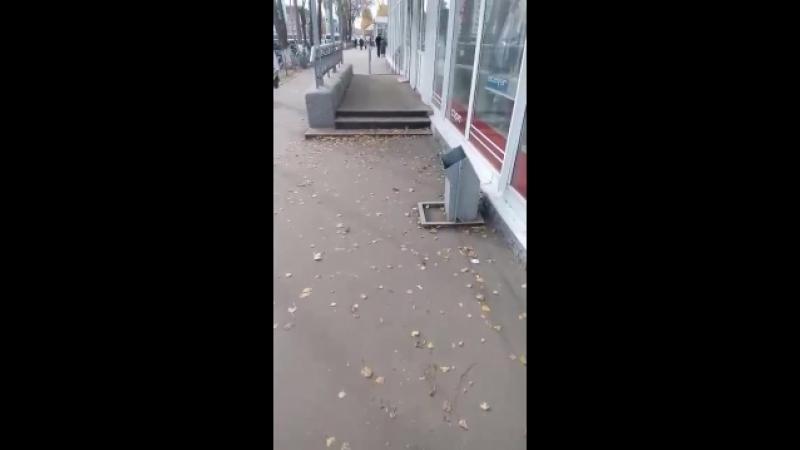 Крыльцо поперек тротуара