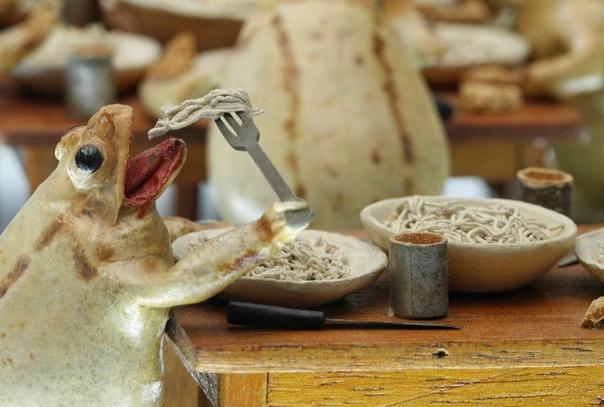 Музей, в котором 108 дохлых лягушек изображают сценки из жизни людей В Швейцарии находится музей лягушек, интересный тем, что 108 чучел лягушек изображают сценки из жизни людей в XIX веке. В