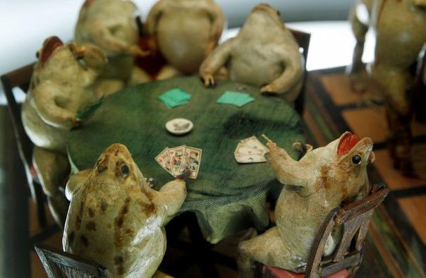 Музей, в котором 108 дохлых лягушек изображают сценки из жизни людей