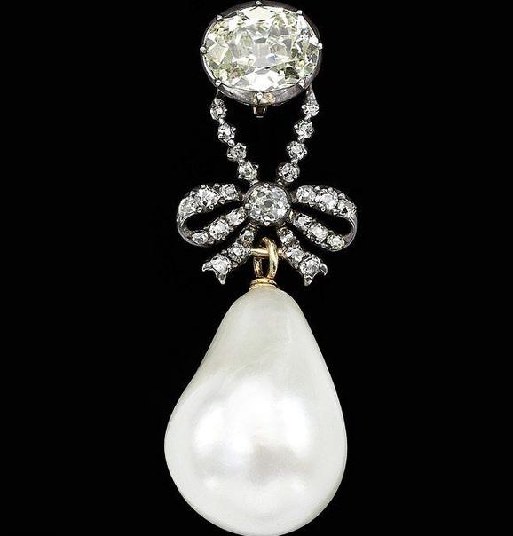 Драгоценности обезглавленной королевы Франции продали за 42 млн долларов Драгоценности королевы Франции Марии-Антуанетты, которая закончила свои дни на гильотине, были проданы на аукционе в