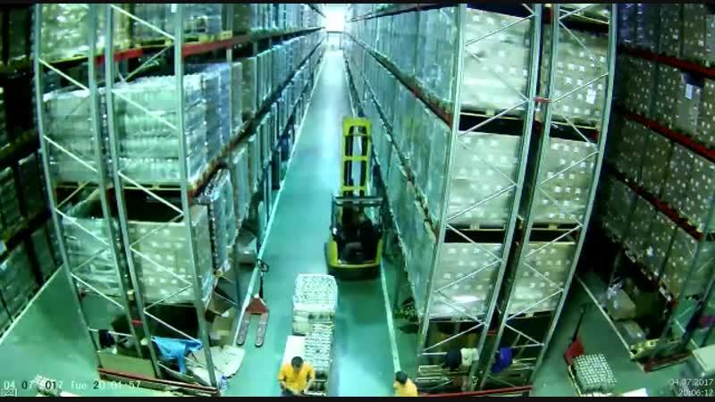 Обрушение стеллажей на складе. Эпичное видео.