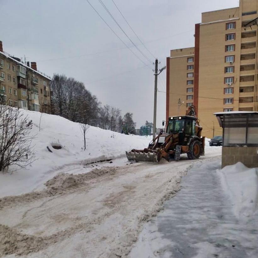 Очищаем дворы от снега