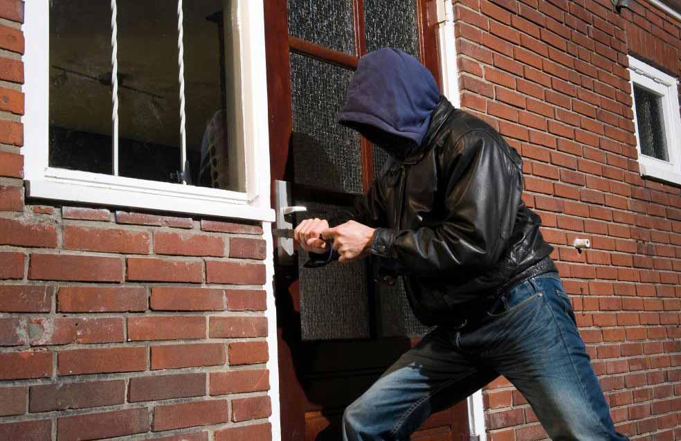 Домашнее видеонаблюдение за пределами дома может зафиксировать грабителя, пытающегося проникнуть внутрь.