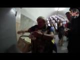 В метро Киева бабка ест кота new 18+