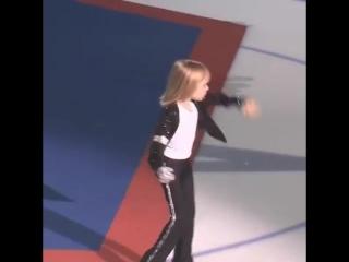 5-летний Саша Плющенко повторил на льду лунную походку Майкла Джексона