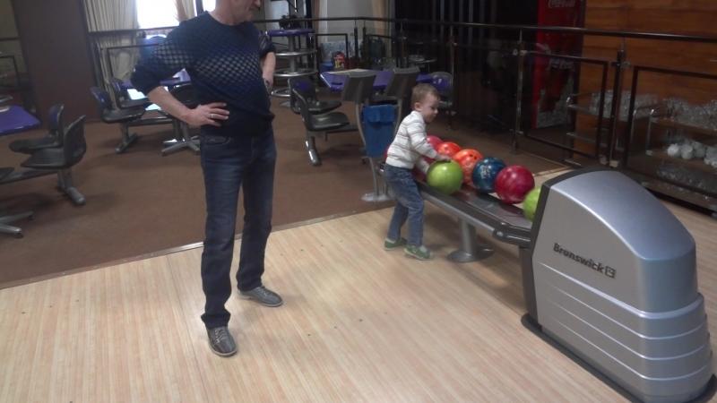 учит деда шары катать