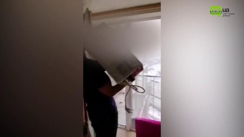 В Днепре подростки выкинули микроволновку из окна