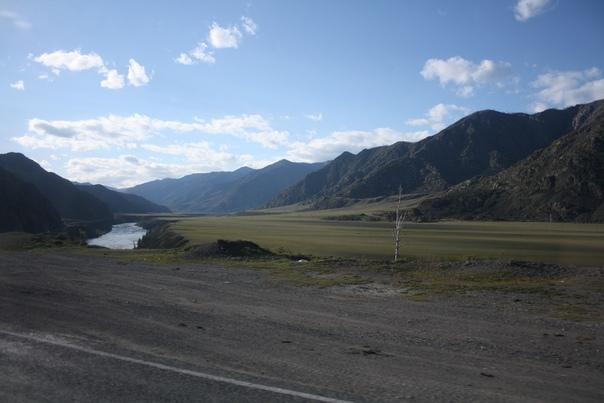 Дальше едем вдоль Чуи. Тут красиво и много горных хребтов, на фотке Айгулакский горный хребет. Большое спасибо орографам, которые составляли карты, по которым я смог это узнать.