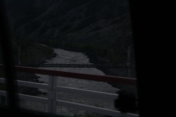 Ининский мост — гениальное сооружение середины 1930-х годов, архитектора Сергея Афанасьевича Цаплина. Ещё зелёный студент, увлекающийся теорией подвесных мостов, написал на этом поприще дипломную работу. Пошёл к главному инженеру стройки Чуйского тракта Анатолию Мирюкову и убедил его реализовать свой мост на самом сложном участке, через Катунь, где раньше вообще была только паромная переправа. Ночью и днём заключённые СибЛАГа строили мост вручную.  В народе его назвали «Мост свободы» или «дембельский мост», потому что за активность на стройке обещали амнистию и обещание сдержали, но по дороге в Бийск водитель-стажёр не справился с управлением и улетел в обрыв, забрав с собой ещё 26 человек теперь свободных людей. Начальника гаража, разумеется, судили за преступную халатность. Теперь это памятником истории и культуры РФ.