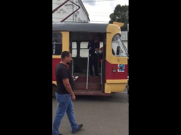 Жесть. В Орле пьяные водитель и кондуктор трамвая стали виновниками аварии и попытались уехать с места ДТП.