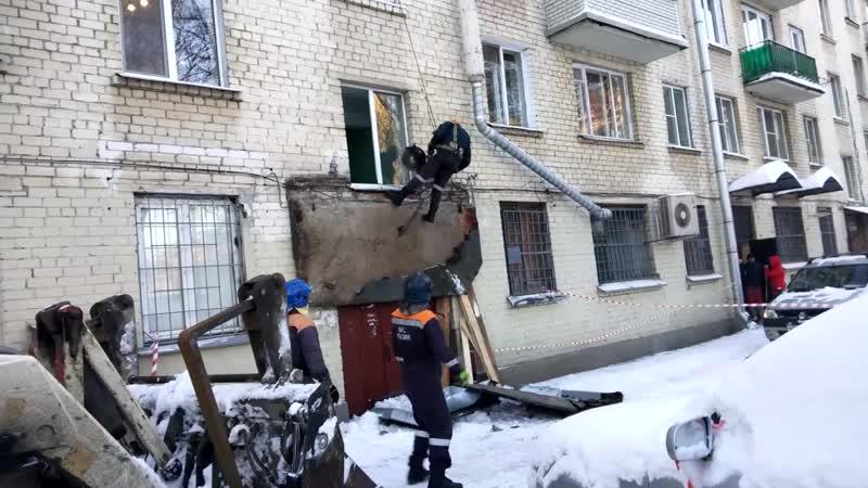 В Петербурге козырёк парадной обрушился из-за снега [2]
