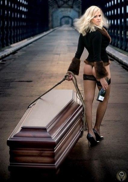 Компания Lindner - крупнейший производитель гробов в Польше. На протяжении нескольких лет, выпускает календари, на которых фигурируют полуобнаженные модели. «Мы хотели показать, что гроб это не
