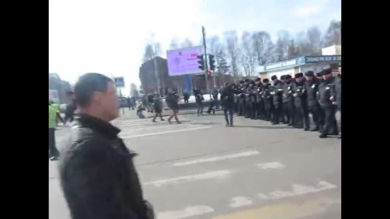 Кадры с позавчерашнего митинга против мусора в Архангельске.  Протестовали против мусора, а досталось мусорам, oh wait..