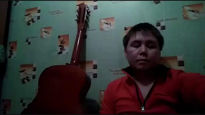 Пою песни под гитару)
